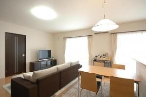 LDKも広々、大きめの家具もおしゃれにおさまりました。
