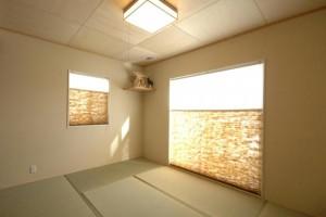和室は7.3畳のゆとりのひろさ、扉を閉めれば個室になるので、お客様も泊まれます。