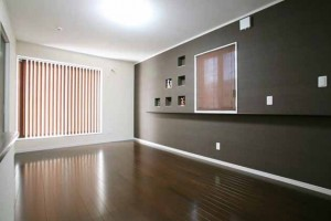 寝室の壁は一面のみダークカラーのクロスにすることで、暗くなりすぎず落ち着いた印象に仕上がりました。