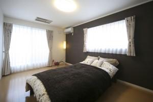 寝室は一面、濃い配色のクロスをコーディネート。 落ち着いた空間を演出しています。