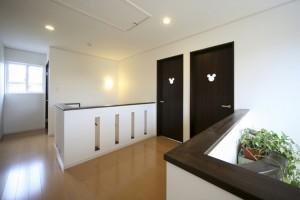 子供室もドアには、ミッキーマウスシルエットのデザインを...